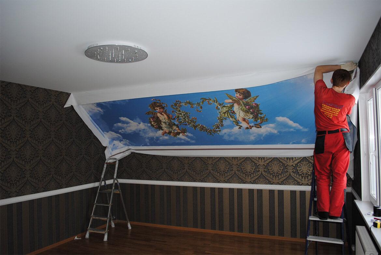 монтируют потолок